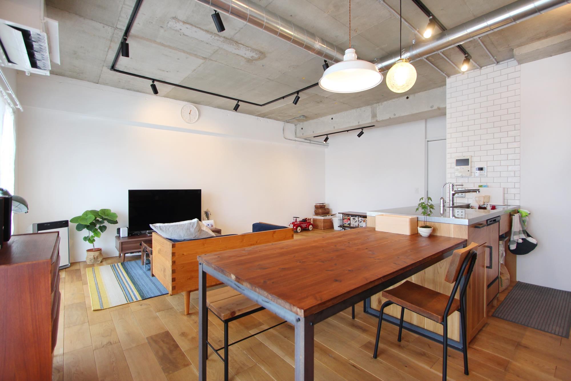 コンクリート現しの天井と、真っ白に塗装された壁がバランスよく調和している。