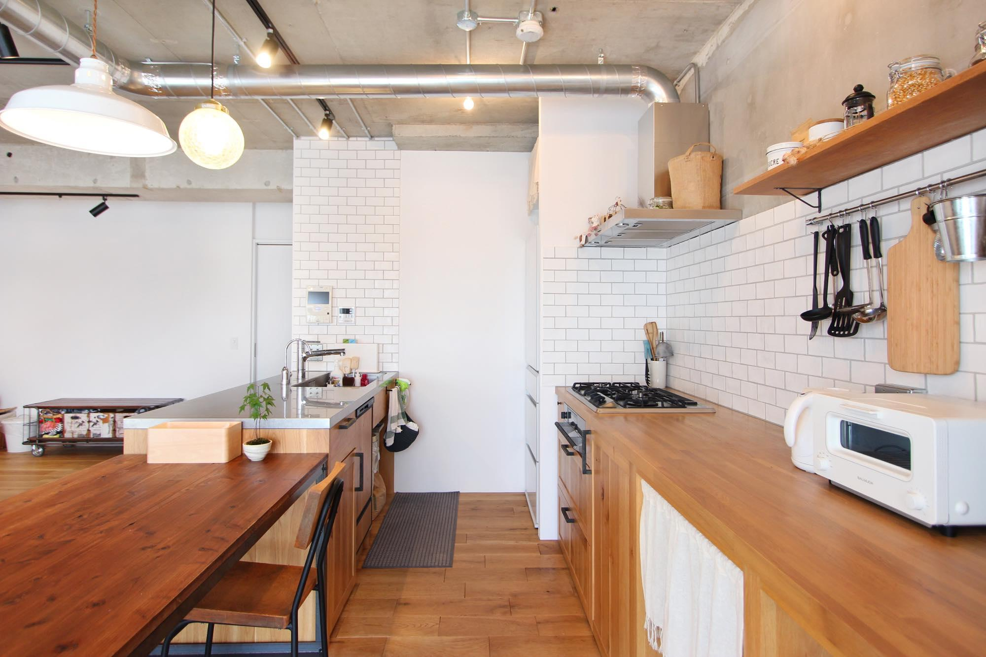 木の温もりを感じるセパレート型キッチン。バックカウンターはベイ松で造作し、広い作業スペースを確保。