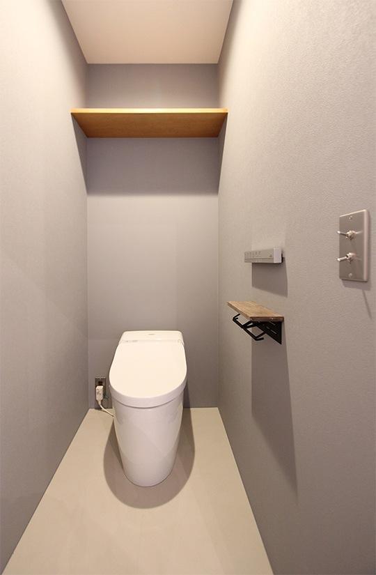 広島・尾道にある「HOTEL CYCLE」の客室を真似たグレーの壁紙。