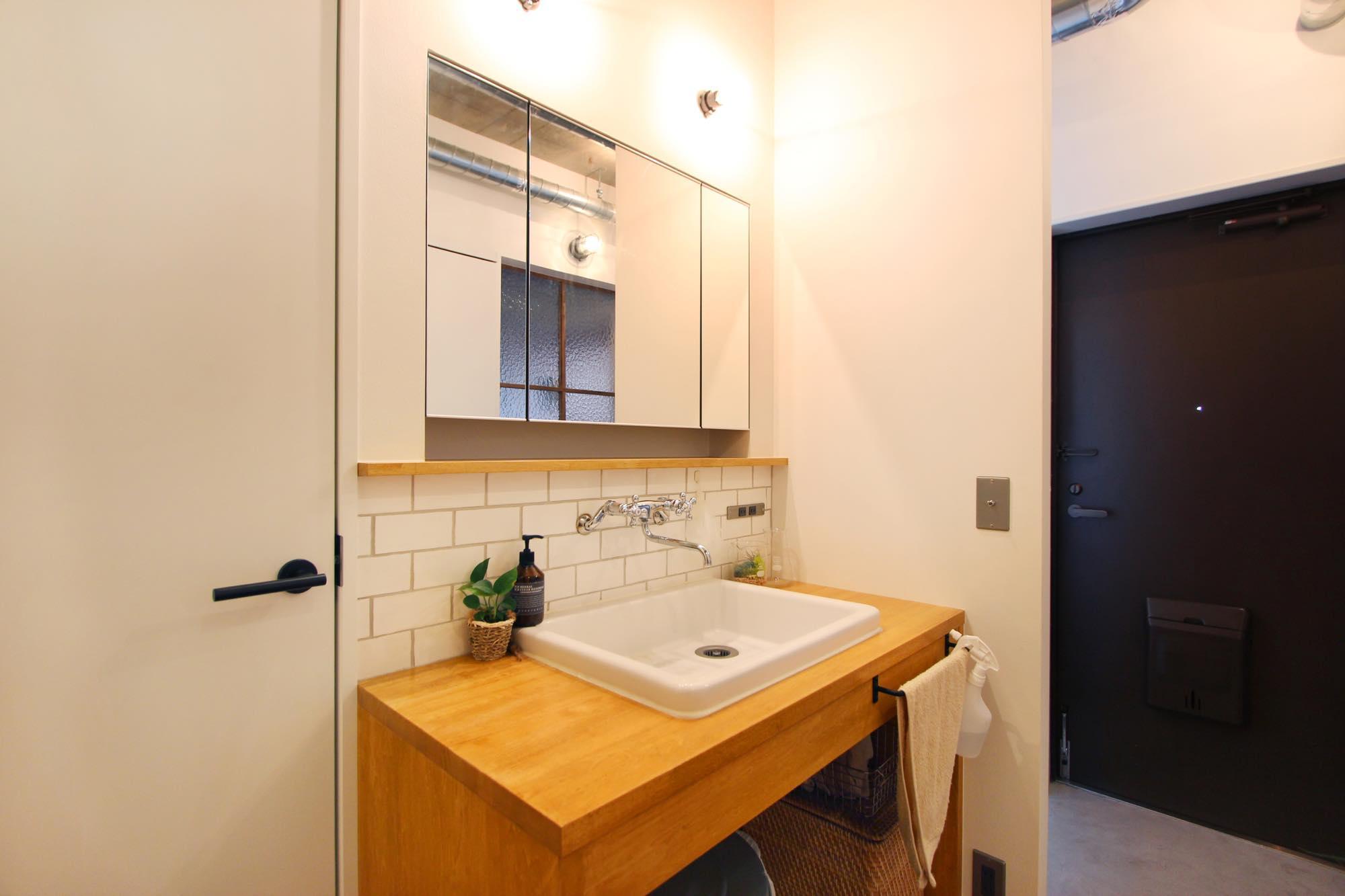 玄関を開けてすぐに位置する、扉のないオープンな洗面スペース。