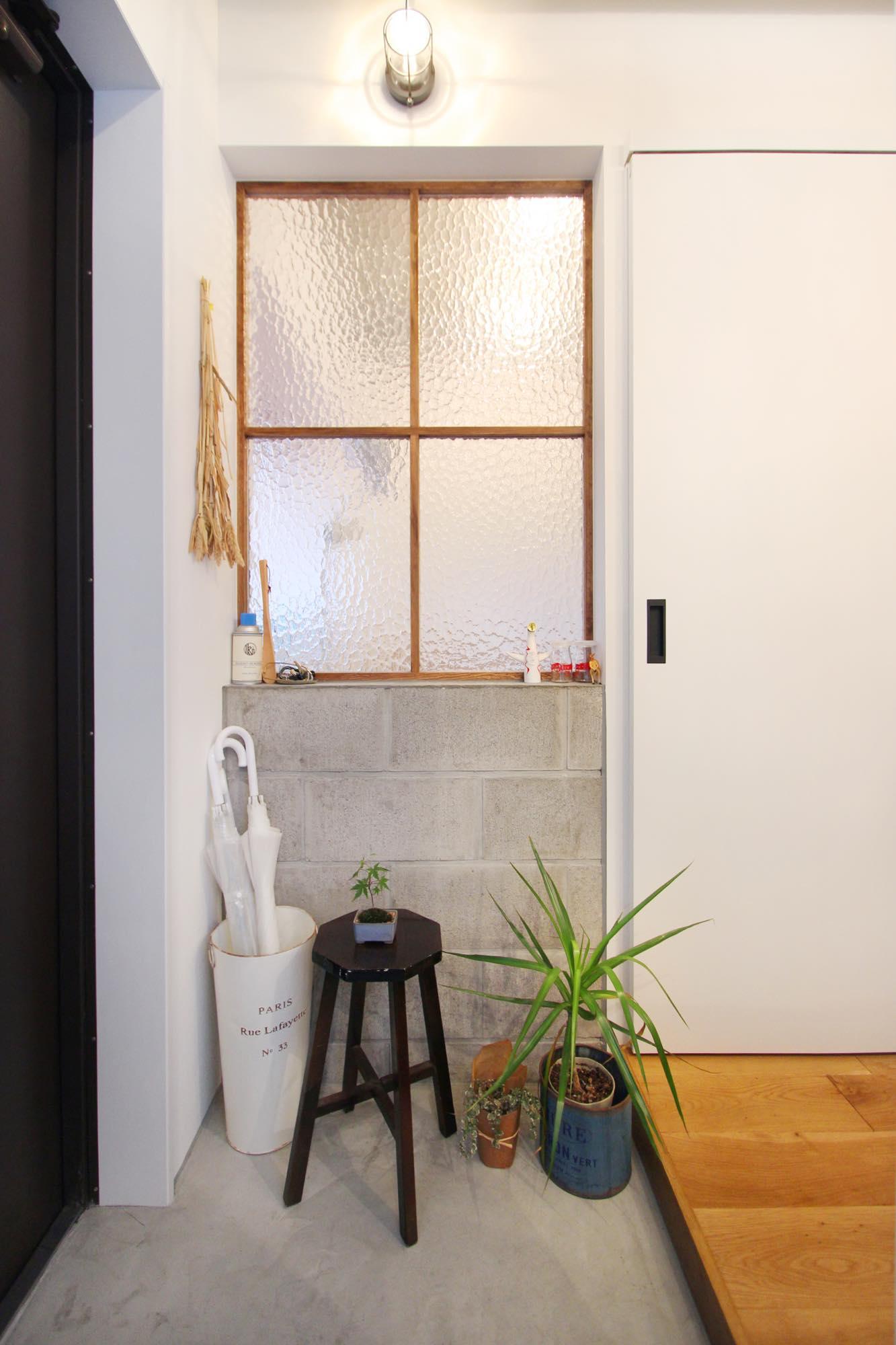 土間と隣り合う寝室内窓は、コンクリートブロックの壁に木とガラスで造作。デザインはKIRI(クリームチーズ)で使用された部屋を参考にした。