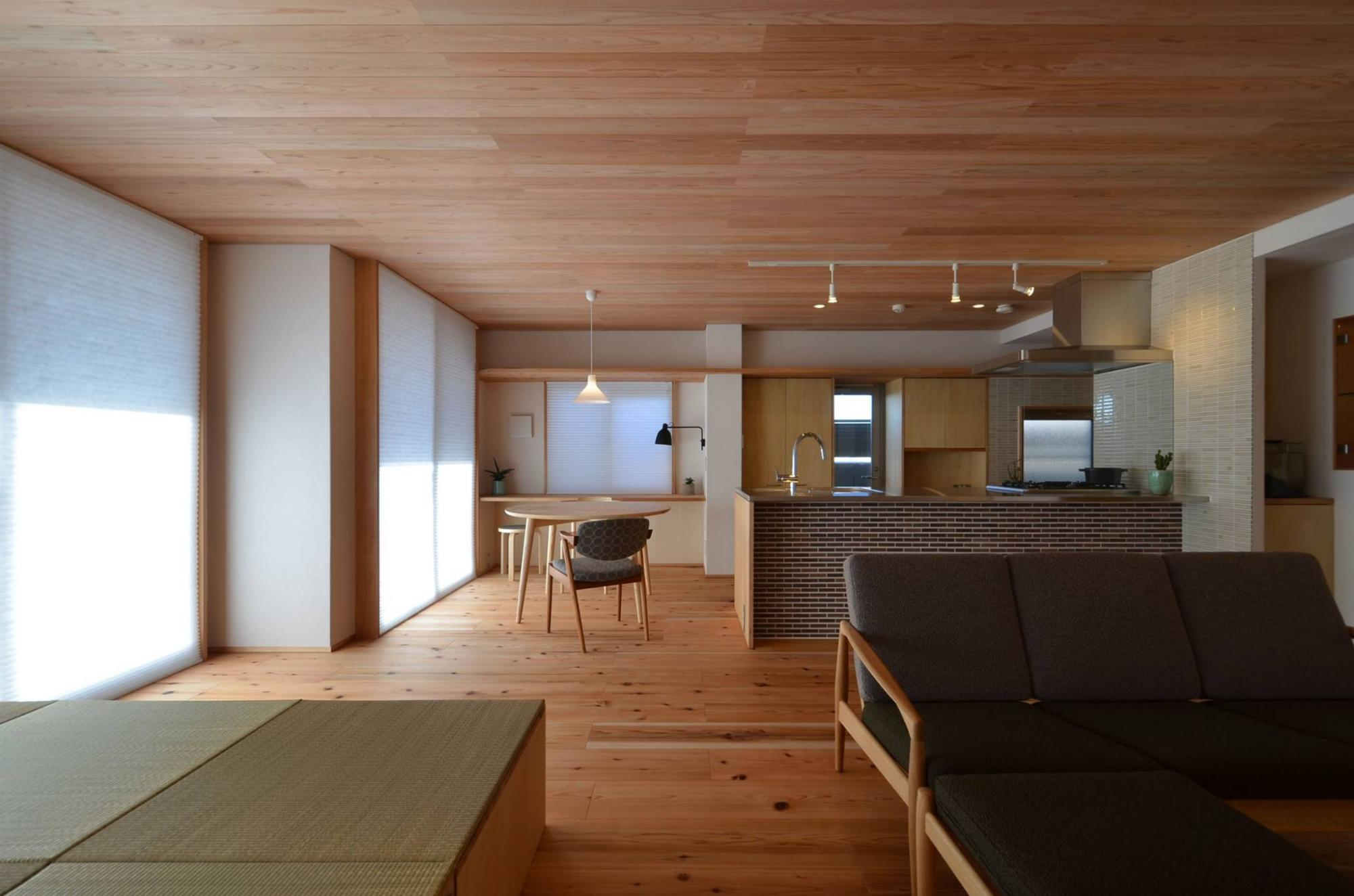 素材の魅力を活かせるように材種を選定しています。自然の素材は経年変化で徐々に「馴染んで」いきますが、そこも魅力の一つだと思います。  また私たちは家具選びも大事にしたいと考えています。いい家具は住まいの雰囲気はより高めてくれて、とても居心地のいい空間をつくってくれます。  暮らした時の家具配置と印象も考えてすっきりとした雰囲気になるよう色使いは白を基調としていますが、アクセントとして部分的に濃い目の茶系の色等を合わせていきます。