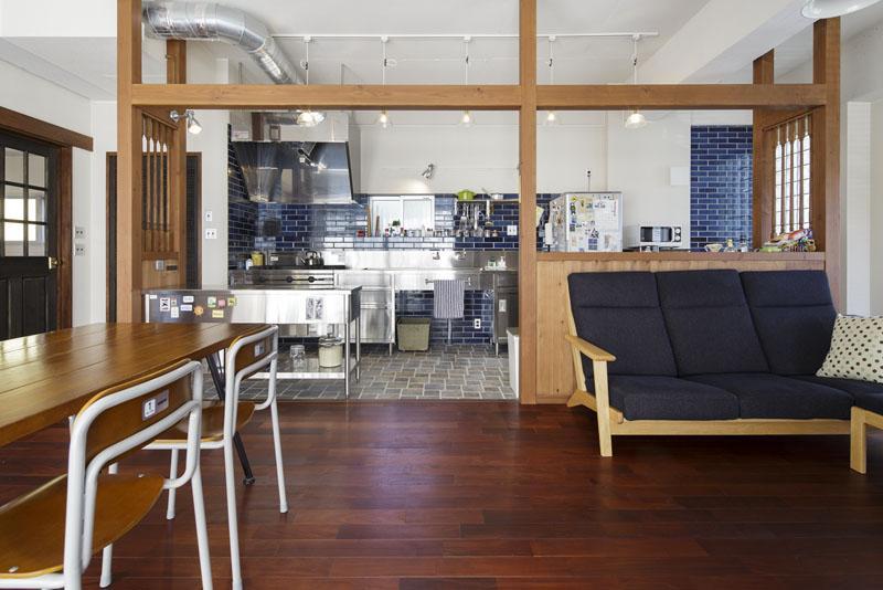 昭和の雰囲気を生かしながら柱と梁で囲った意匠が印象的なキッチンスペース