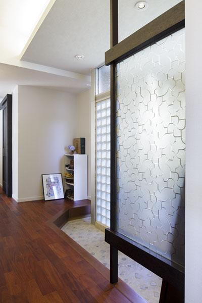 昭和時代の型板ガラスで出来た、パーテーションを生かして