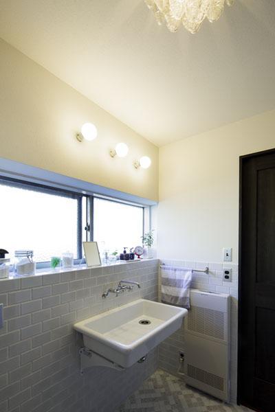 レトロな雰囲気を生かした洗面室