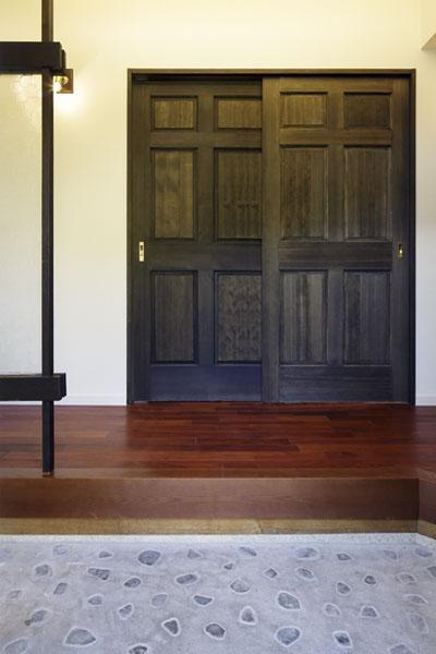 以前の建具やガラスに化粧直しを施した重厚な雰囲気の玄関