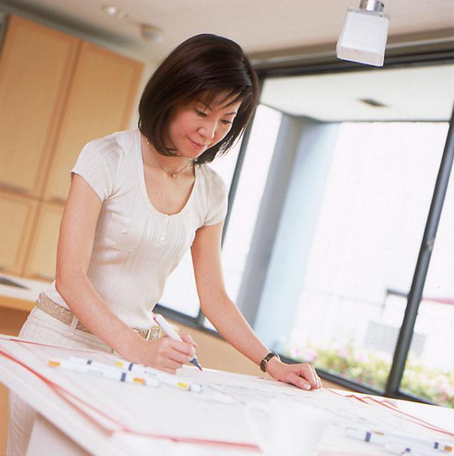 ★女性建築士「リフォームプランナー」がきめ細やかにご提案★  1980年の創業以来、「デザインリフォーム」を提唱し、数多くの実績を重ねてきた三井のリフォーム。設計はすべて「リフォームプランナー」と呼ばれる女性建築士が行います。全国に約150名在籍し、全員が建築士の資格を持ち、豊富な知識と経験を誇るスペシャリスト。リフォームプランナーが得意としている空間設計とインテリアをトータルでプランニングする「デザインリフォーム」では、空間にあわせた家具やカーテン・照明等のインテリアを総合的にデザインすることで、魅力的で暮らしやすい住まいをご提案しています。