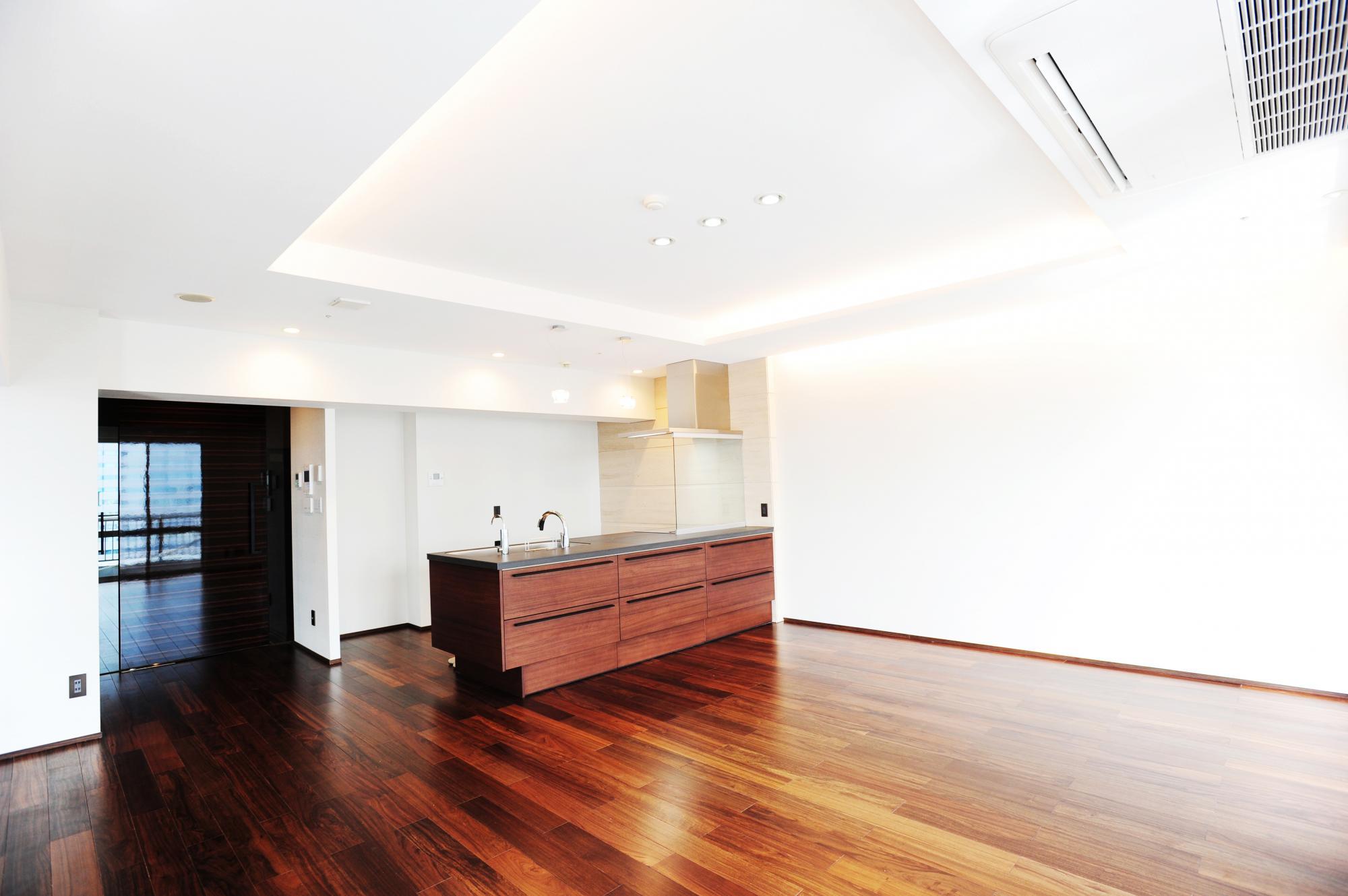 広さなんと27畳LDK、折り上げ天井には間接照明システムを導入した高級感を演出した空間は最高天井高2.6mの贅沢な空間です。床暖房や快適機能も満載です。
