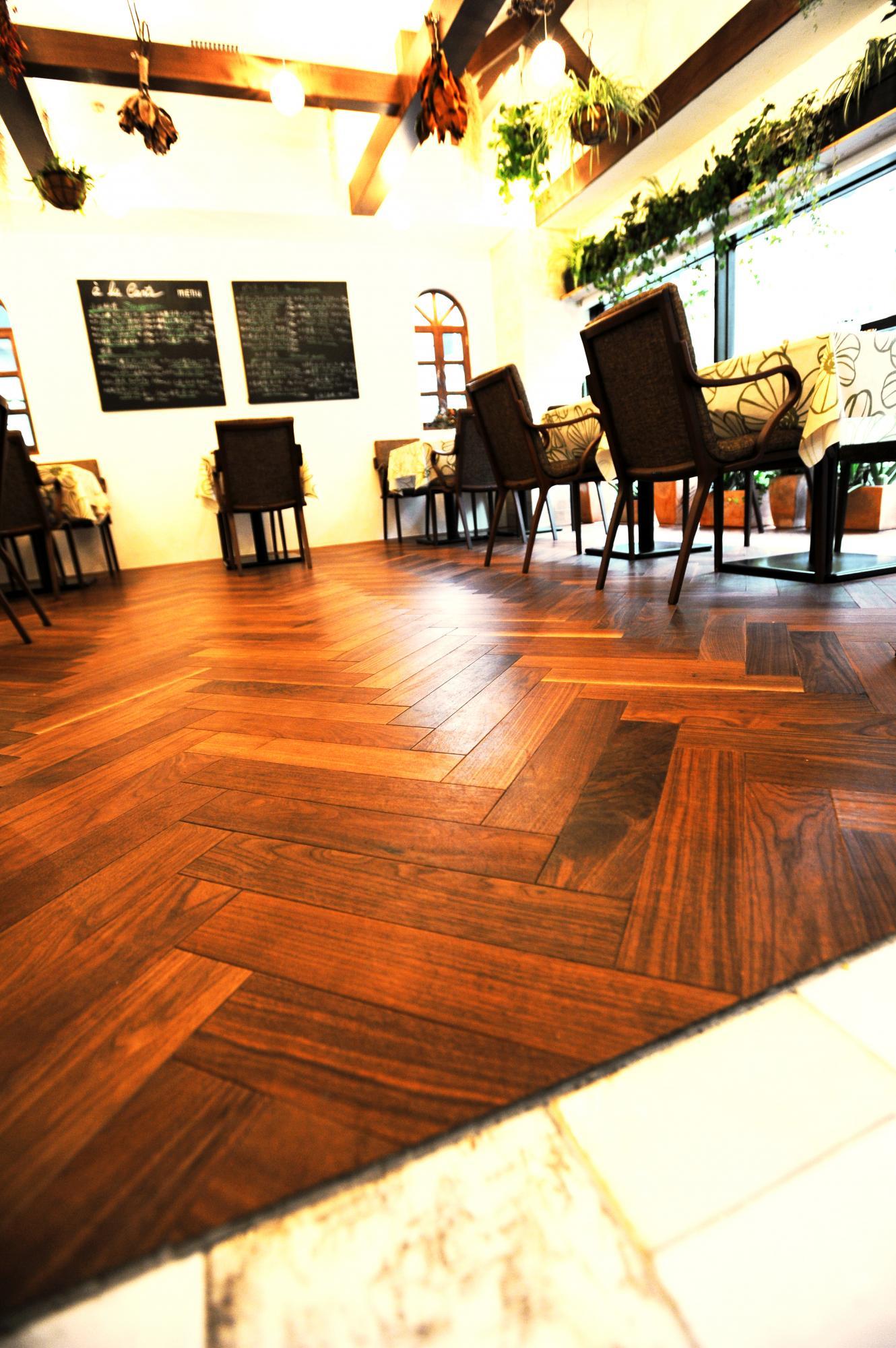 流行のヘリンボーン床。使う床材や色味によって様々な雰囲気を作り出すことができます。