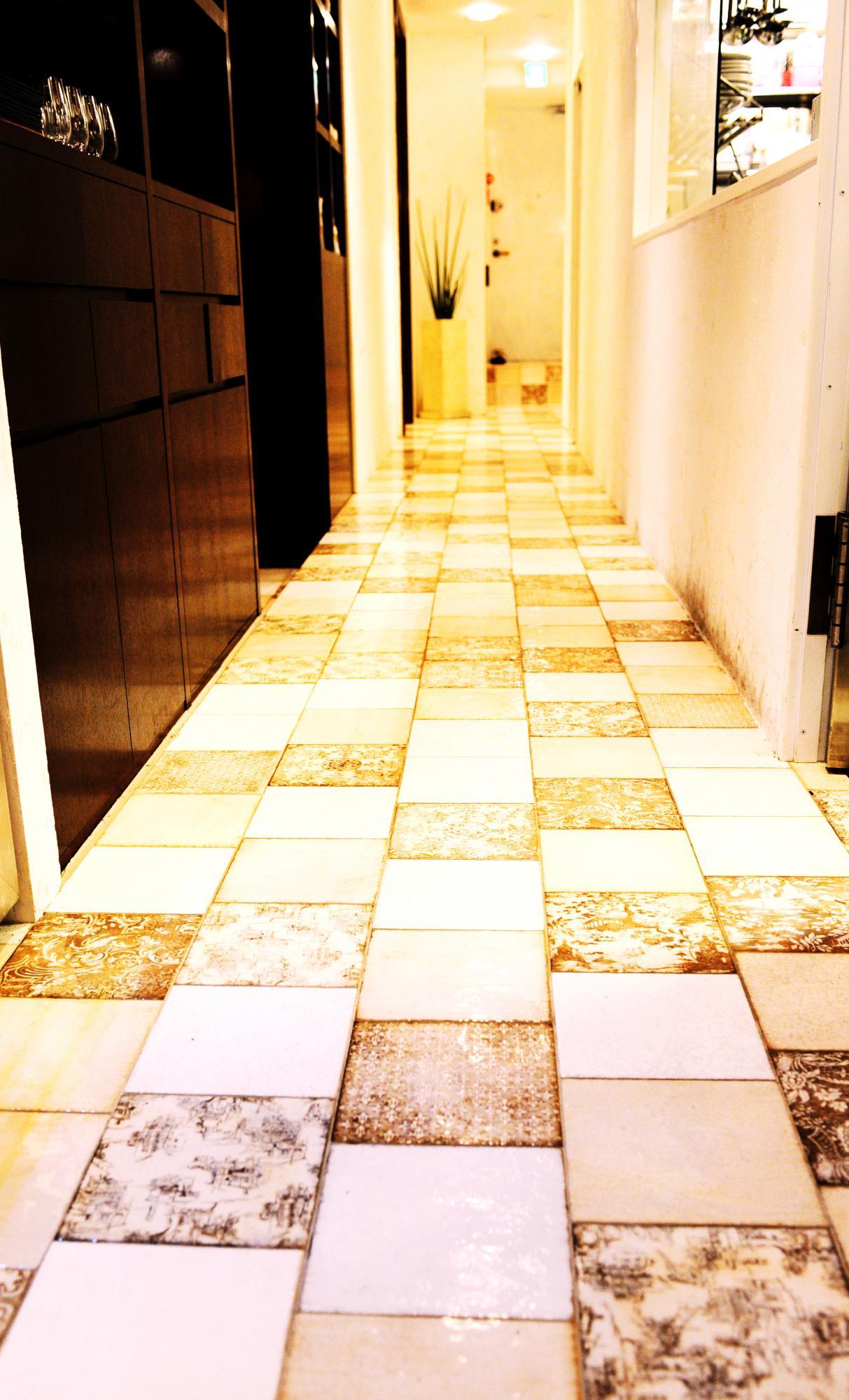 床をタイル張りにすることで上質な空間に。お気に入りのタイルを変則的に組み合わせることで唯一無二の空間を演出できます。
