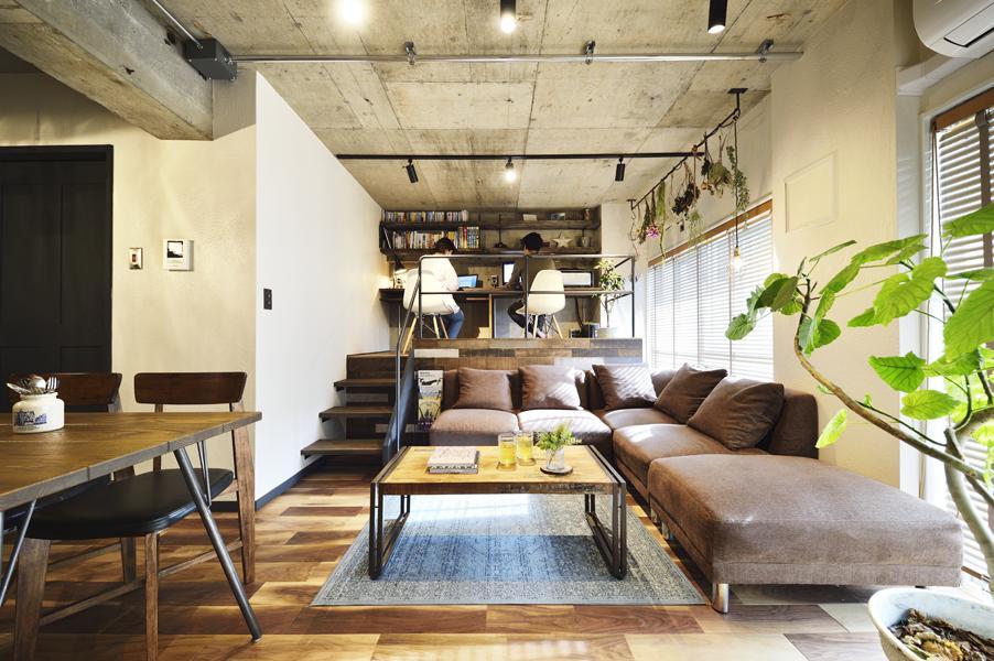 コンクリート・アイアンなど無機質な素材と温かな風合いの木素材を併用したヴィンテージスタイルのLDKです。色むら豊富な内装に単色で塗装した漆喰の壁が加わることで清涼感ある雰囲気に。