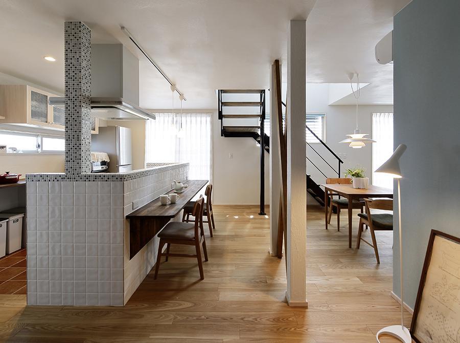 スケルトン階段が印象的なLDKです。「家族が必ず通るように」と計画。吹抜けを通じて陽の光や風など自然の力が家全体に廻ります。高性能断熱材で冬は床暖房ひとつで快適です。