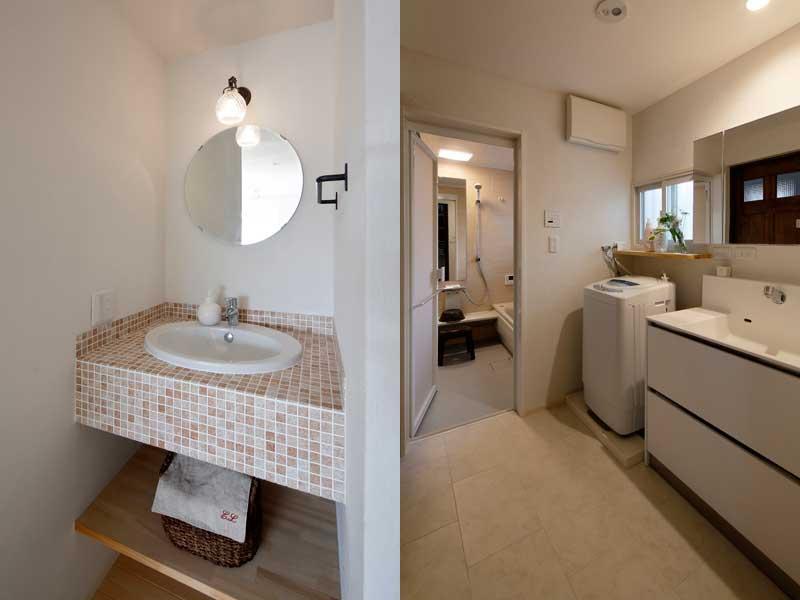 1F・2F洗面室です。左・2階)淡ブラウンのタイルをモザイク施工しました。丸い鏡が繊細です。右・1階)白トーンで清潔感を演出しました。室内は段差のないバリアフリー仕様です。
