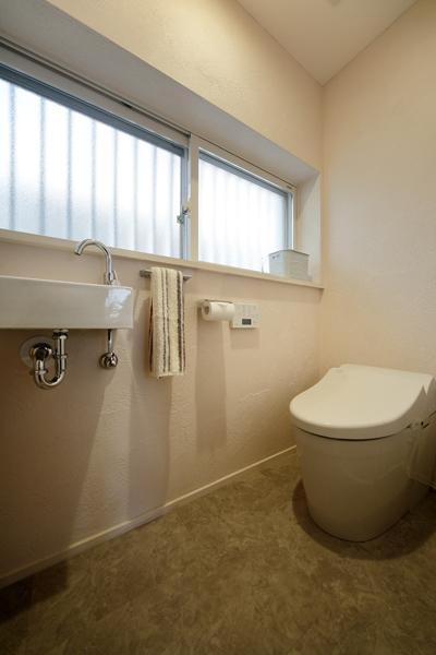 タンクを無くした「水洗タンクレス」を採用したトイレです。室内に手洗いを設置して衛生的。清掃もサッと簡単に。間取り変更で大窓が手に入り空気環境も改善。室内も広くなりました。