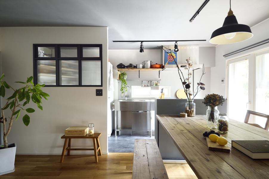 ステンレス製のフレームキッチンです。リビングと対面にしたことで銀面に光が反射しより明るい室内に。