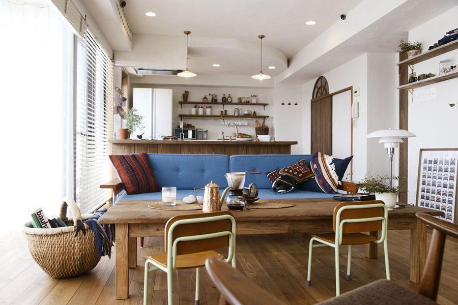 お部屋に一体感を持たせ、オープンでつながりの感じられる空間に。 ふんだんに自然素材を採り入れ、お気に入りの家具を配置しました。
