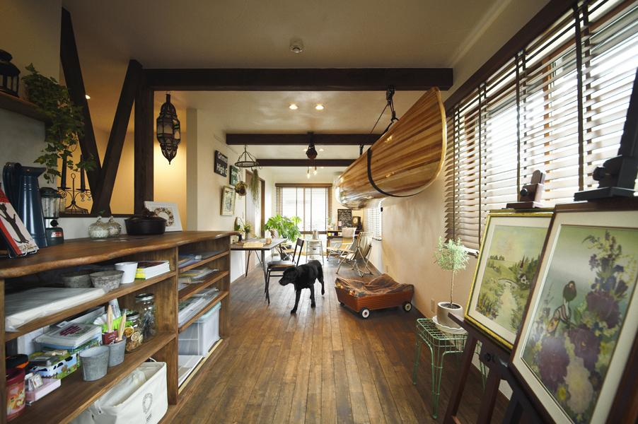 梁の連なる縦長に広い趣味室です。木の持つ豊かな情感に満ちた室内。カヌーは天井に吊り下げて収納。床はオーク材。壁・天井は漆喰。
