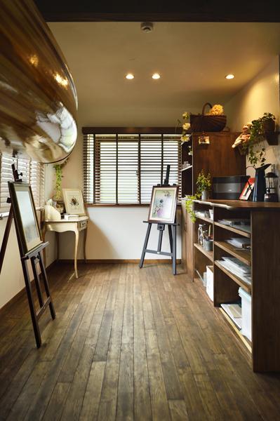 趣味室・奥側のアトリエ空間です。作品素材を収めるオリジナル家具を造作。ヴィンテージな彩りが素晴らしい床は「ハレトケ」製。