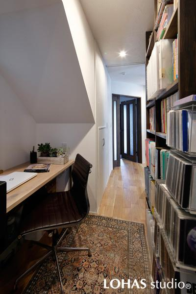 廊下を活用した奥様の書斎です。階段の傾斜をお洒落な斜天井にアレンジしました。断熱施工の効果で見た目以上の快適な温度。LDと一寸離れた静かな世界でご趣味に没頭できます。