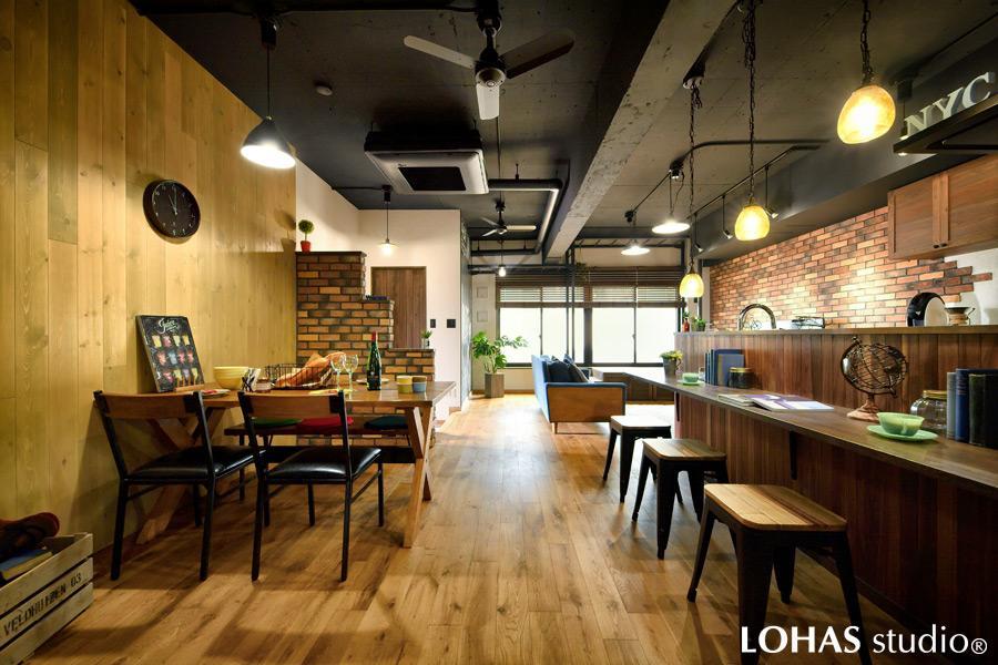 自然素材たっぷりのぬくもり感に、ブラックに塗装したコンクリートの天井とアイアンで辛めのアクセントを効かせて、まるでお洒落なカフェバーのような佇まいのLDKです。