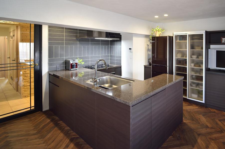 男性目線で造作した使いやすいU型キッチンです。ブラウン調の躯体にアイスグレーの壁を合わせた安定感あるデザイン。調理台を挟んだ多人数での調理にぴったりです。