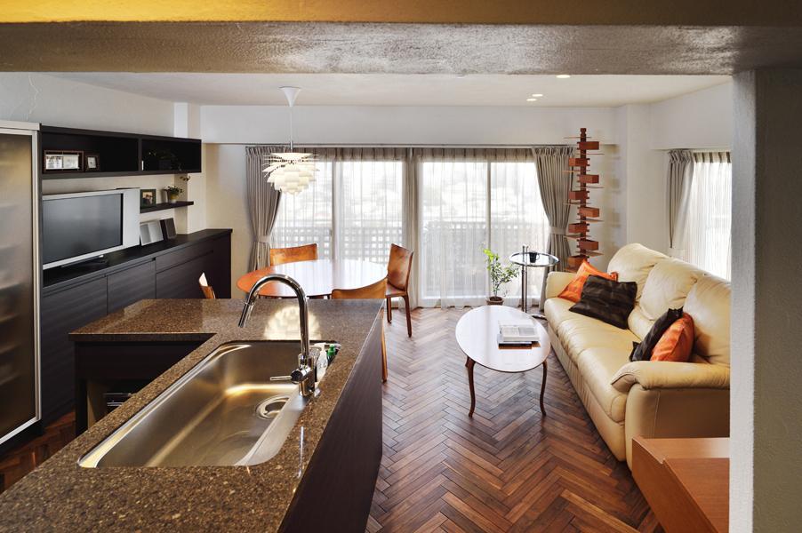 キッチンとのコミュニケーションを重視して家具レイアウトを工夫したLDです。中央の太い動線でスッキリとした見映え。ダイニングには「一目ぼれ」で購入した北欧照明を設置。