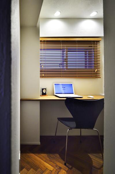 リビングの一角に造作した「隠れ家」風の書斎です。LDKと壁で隔て「個室」化しながら 扉を付けず 家族の気配を感じて過ごせるように配慮。浮棚のデスクで足元は広々です。