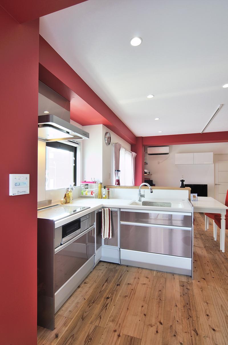 「カラフルポップな印象的新居」のキッチン