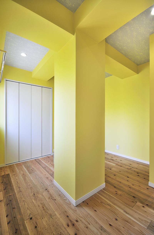 「カラフルポップな印象的新居」の子供部屋