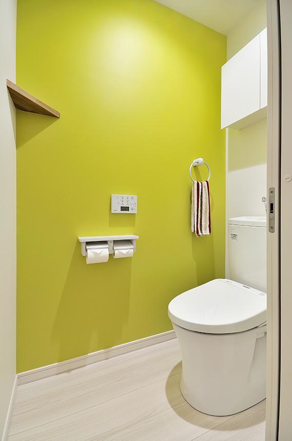 「カラフルポップな印象的新居」のお風呂・洗面所・トイレ