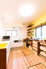人気のカフェをプロデュースする桐谷氏の手にかかれば、毎日使うキッチンが、ワンランク上のカフェスタイルに。収納はレンジやキッチンツール、食器などの置き場所を決めてからデザイン。見た目も使い勝手もグッド!