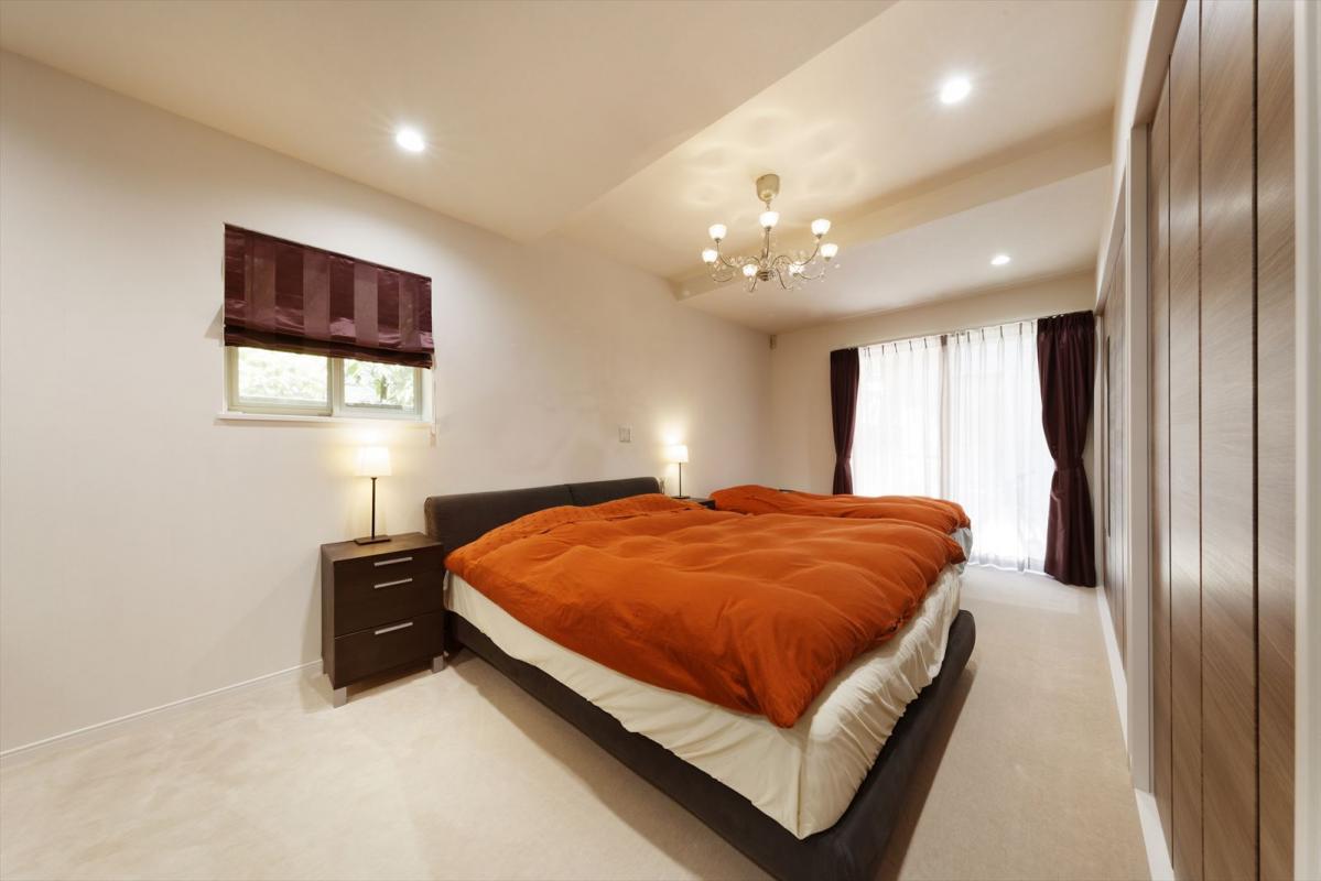 シックな収納家具とインテリアでまとめた、落ち着きとくつろぎ感のある主寝室。