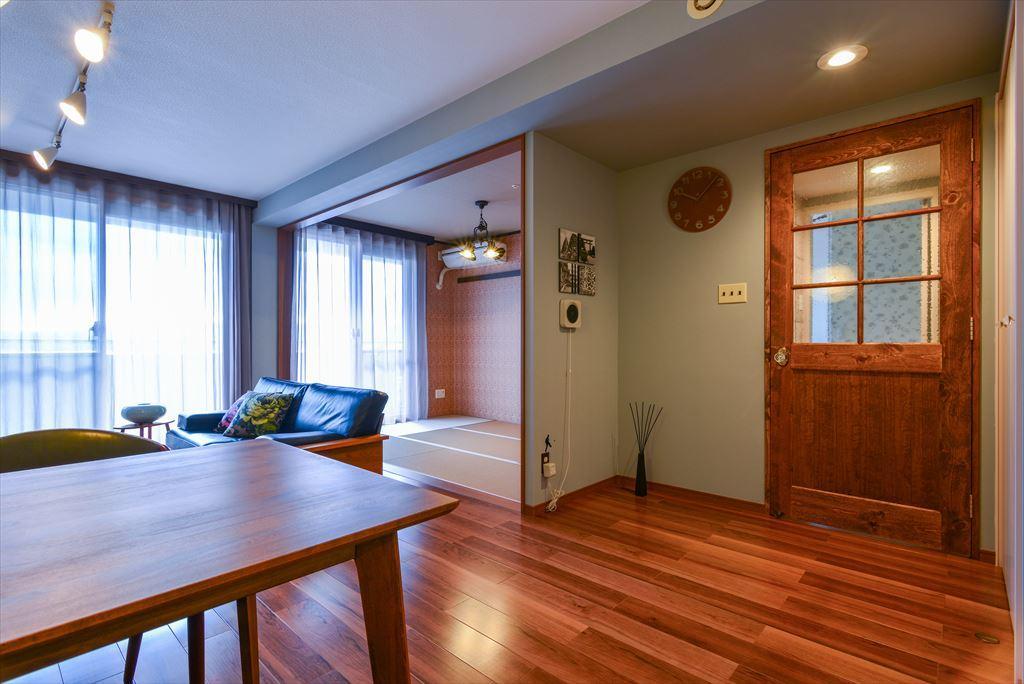 出入口扉はパイン材の特注品に。動かせない梁や壁は、色調を変えてメリハリのある奥行感を創出。