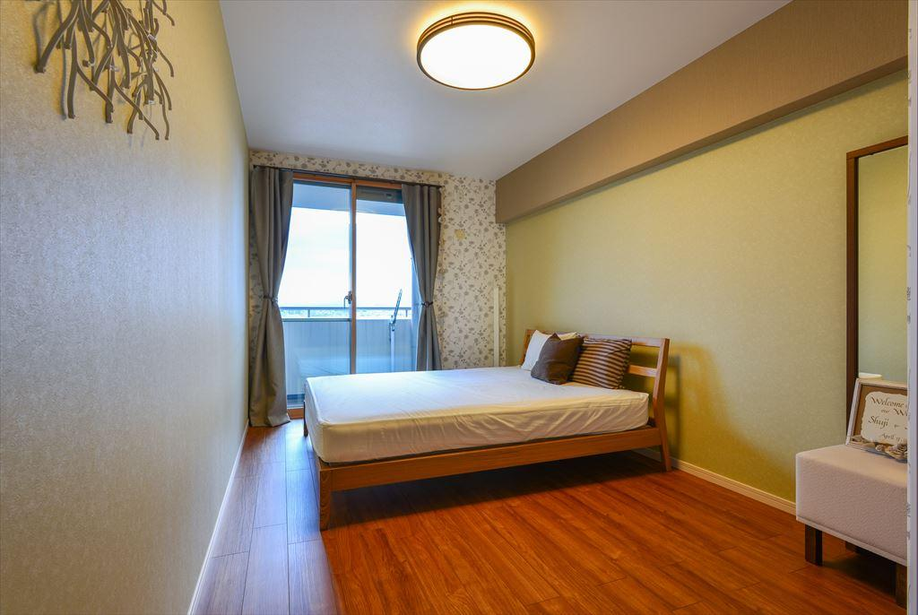 寝室は壁紙の色柄を組み合わせて落ち着いたナチュラルテイストに。