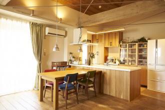 自然素材を使ったぬくもりいっぱいのカフェスタイルの家