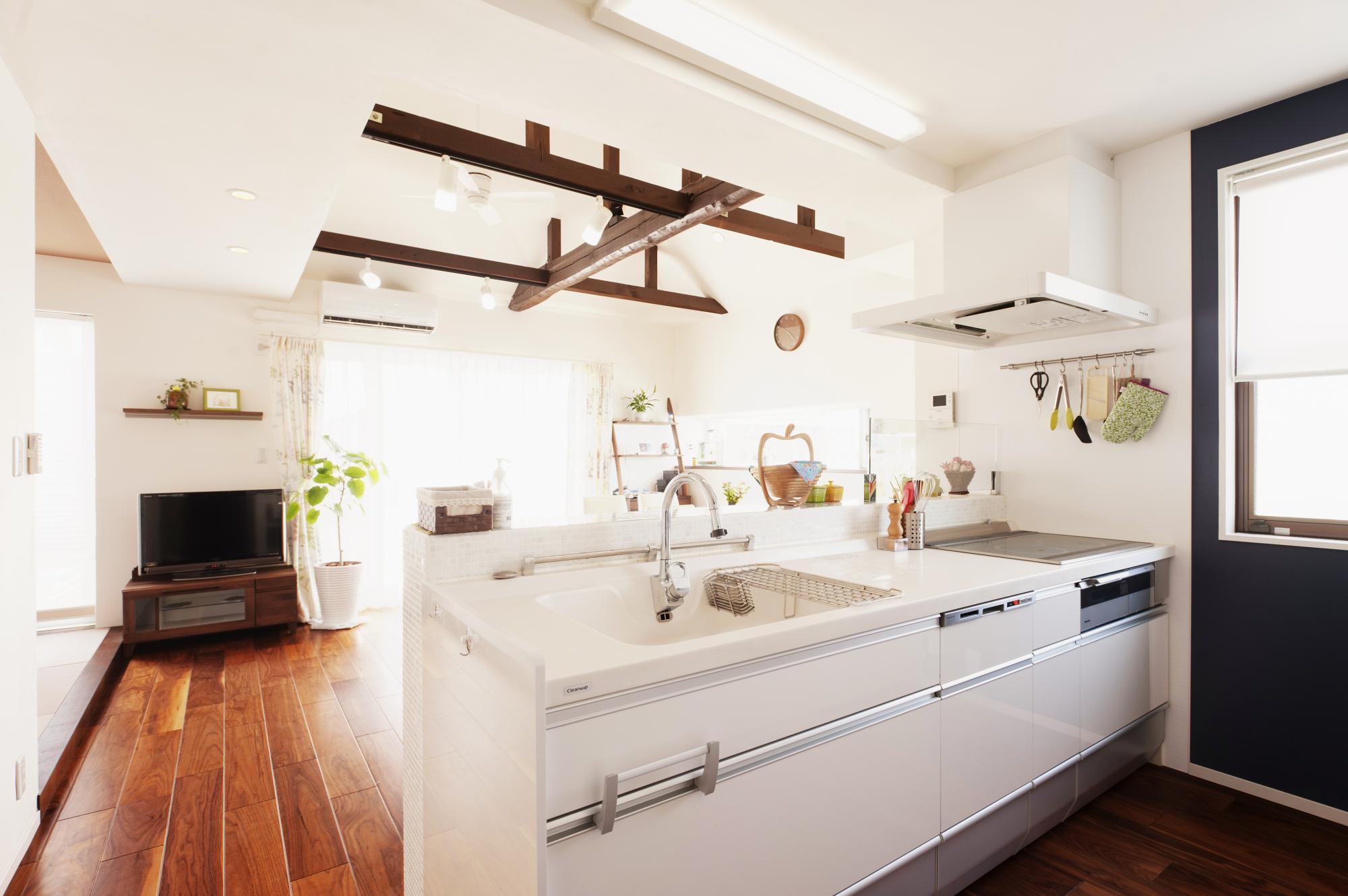 家族がお手伝い出来るように、キッチンは2人で作業できる広さを確保しました。  キッチンからの眺めもよく、家事が楽しくなったそうです。