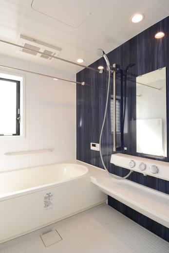清潔感のある広々としたバスルーム
