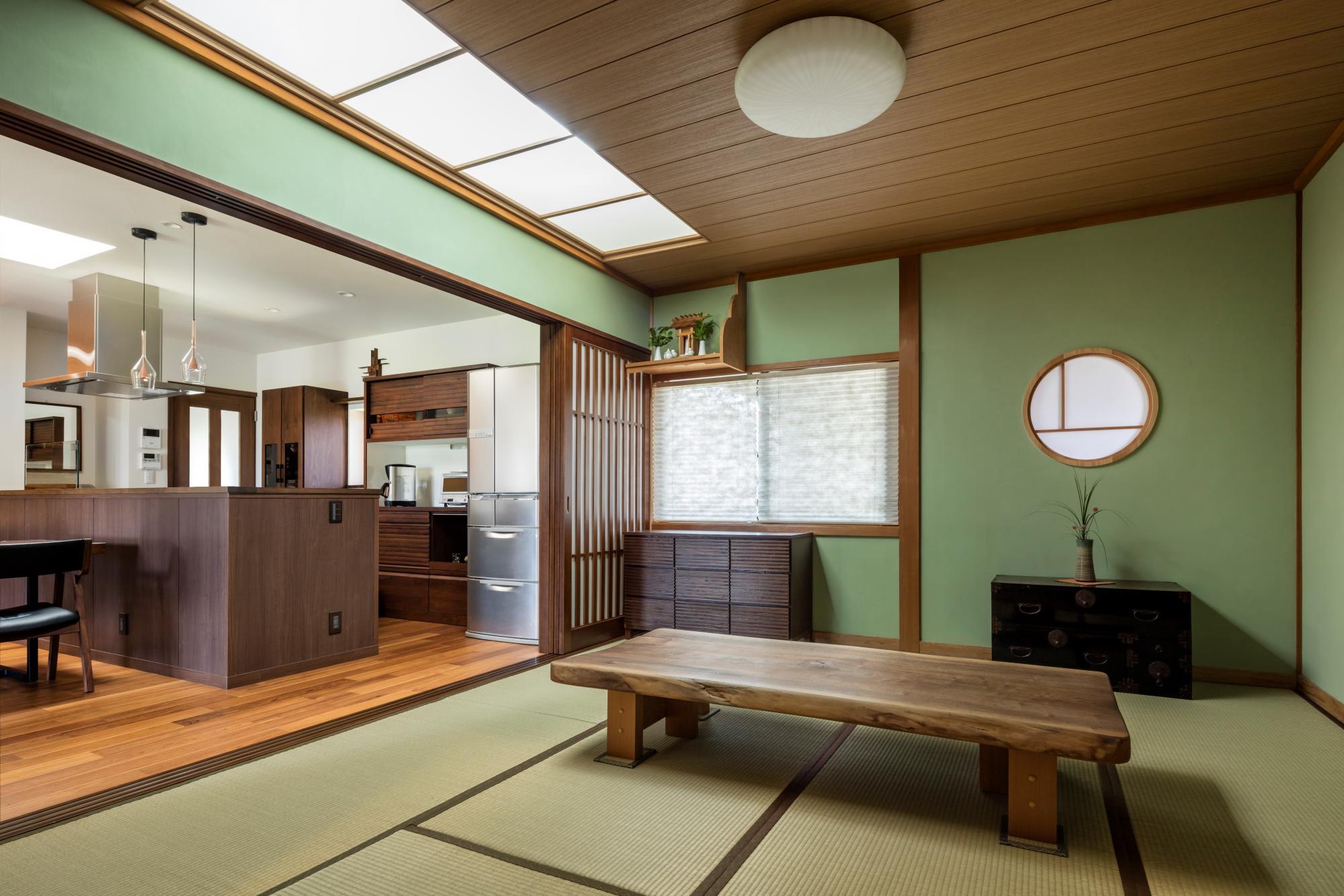 茶の間はガラス面に和紙を張ったトップライトを設けて明るく。ご主人のアイデアで丸窓を設け、玄関からの光も取り入れている。