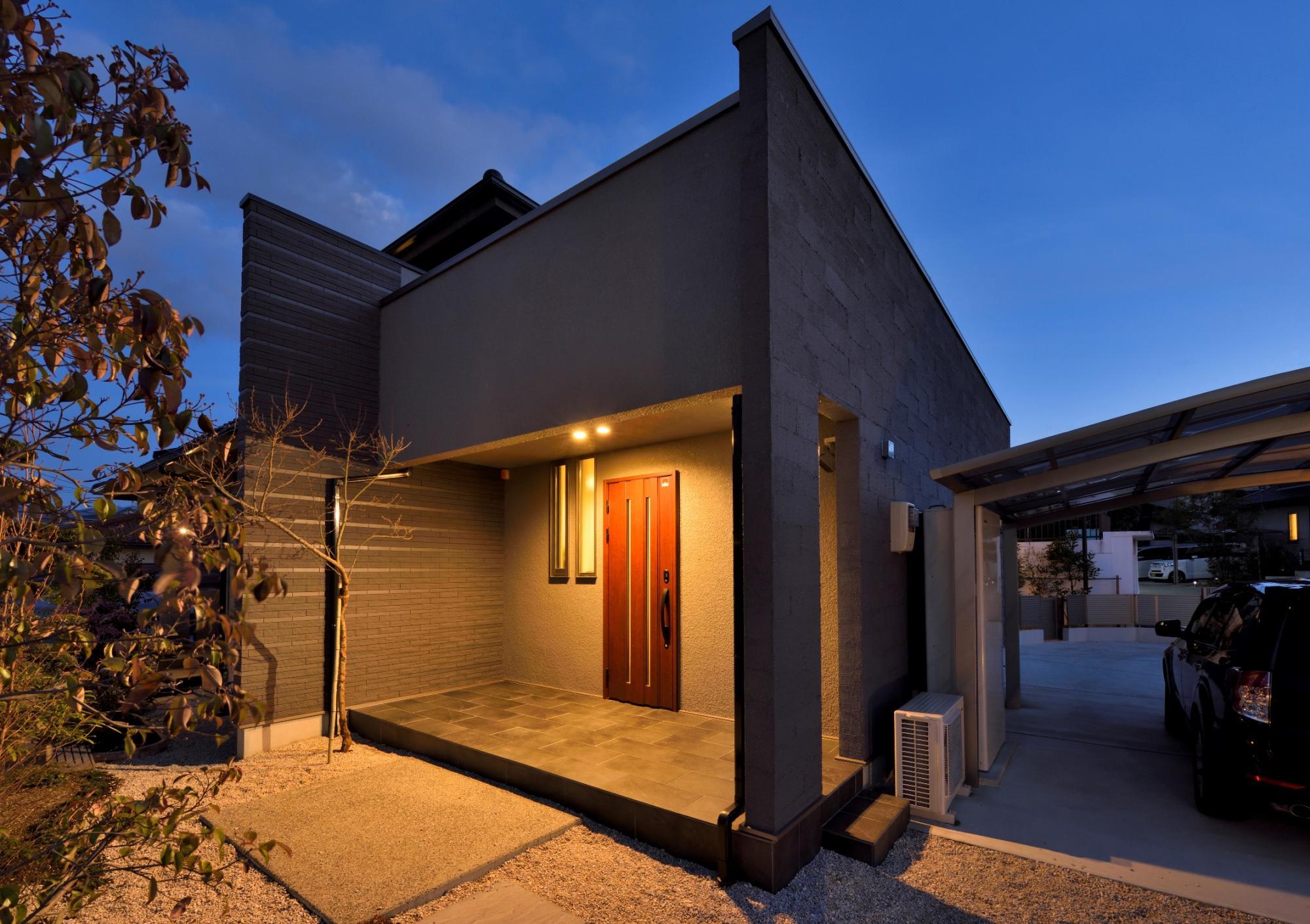増築部分に設けたもうひとつの玄関ポーチ。軒天部分に付けた外灯がタイル張りの玄関ポーチの全体を照らし、雰囲気のある空間に。