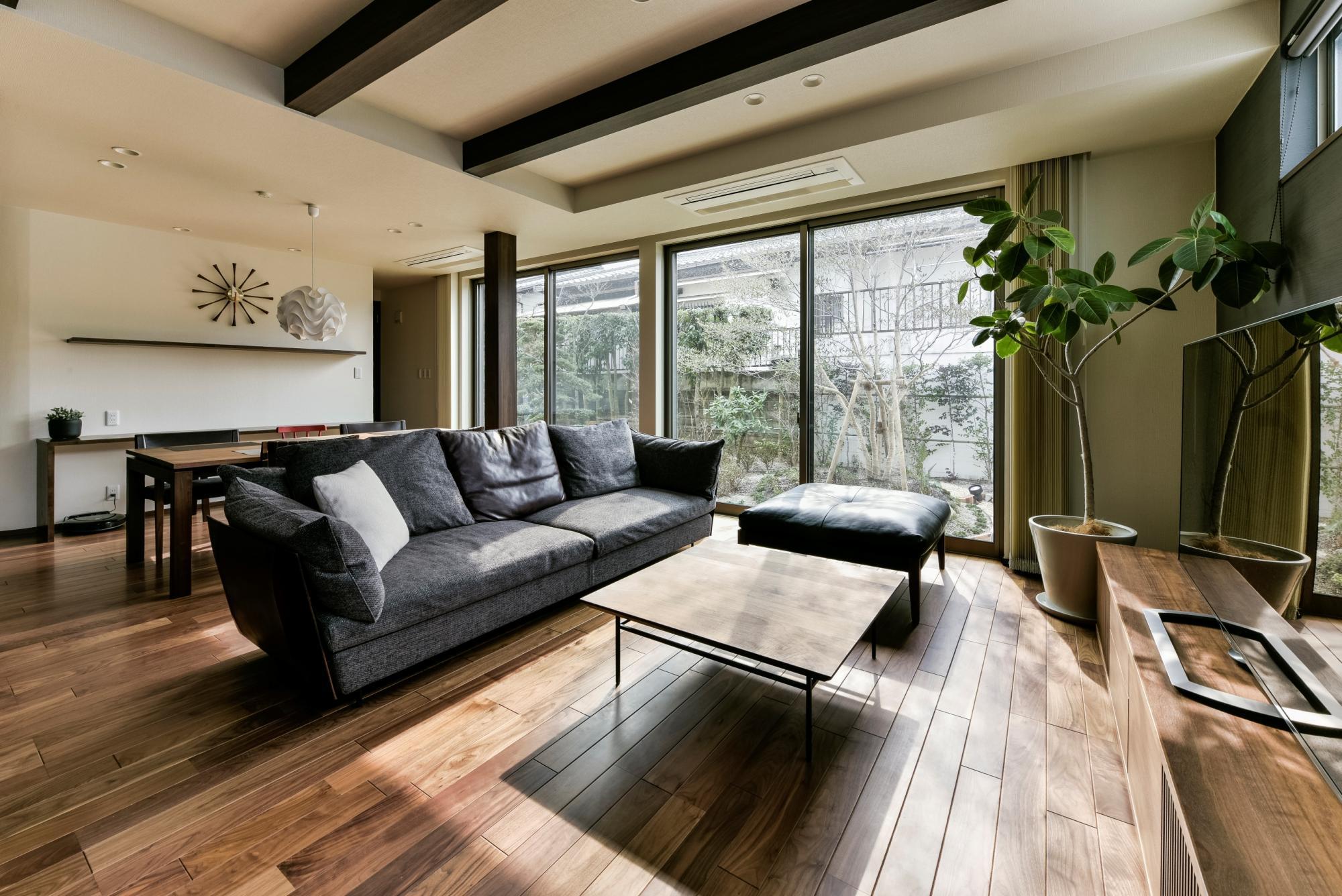 増築した部分に設けた広々としたLDは開口部を大きくとり、明るさを確保。ウォルナットのフロアには床暖房を設置し、質の高い空間にするために家具はひとつひとつ当社でセレクトした。