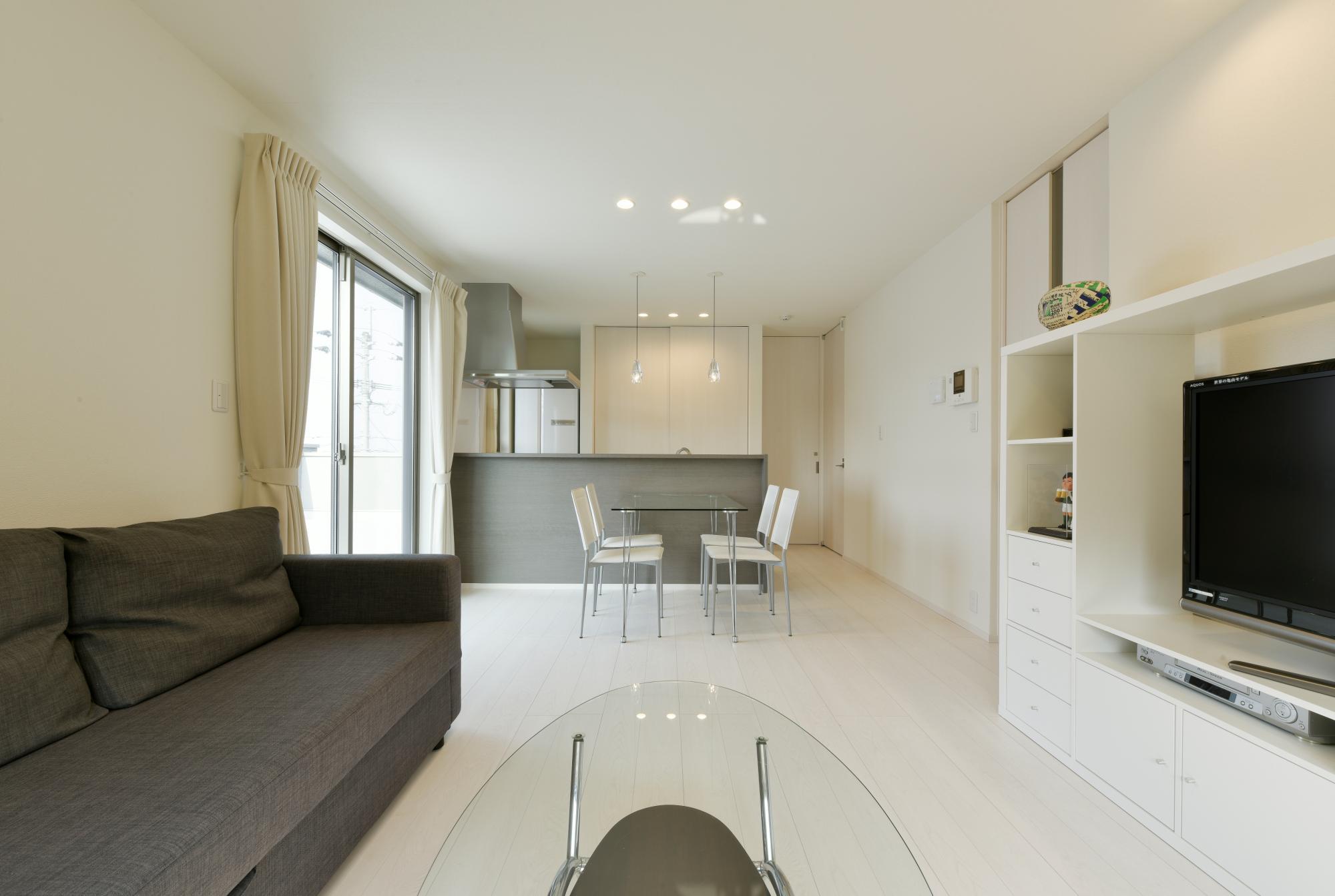2階のLDは床も壁もすべて白で統一して明るい室内とした。