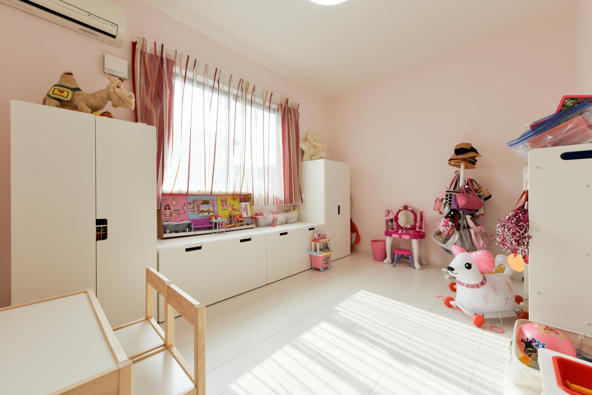 明るい南向きの子供部屋。LDK同様、床も壁も白色に統一した。