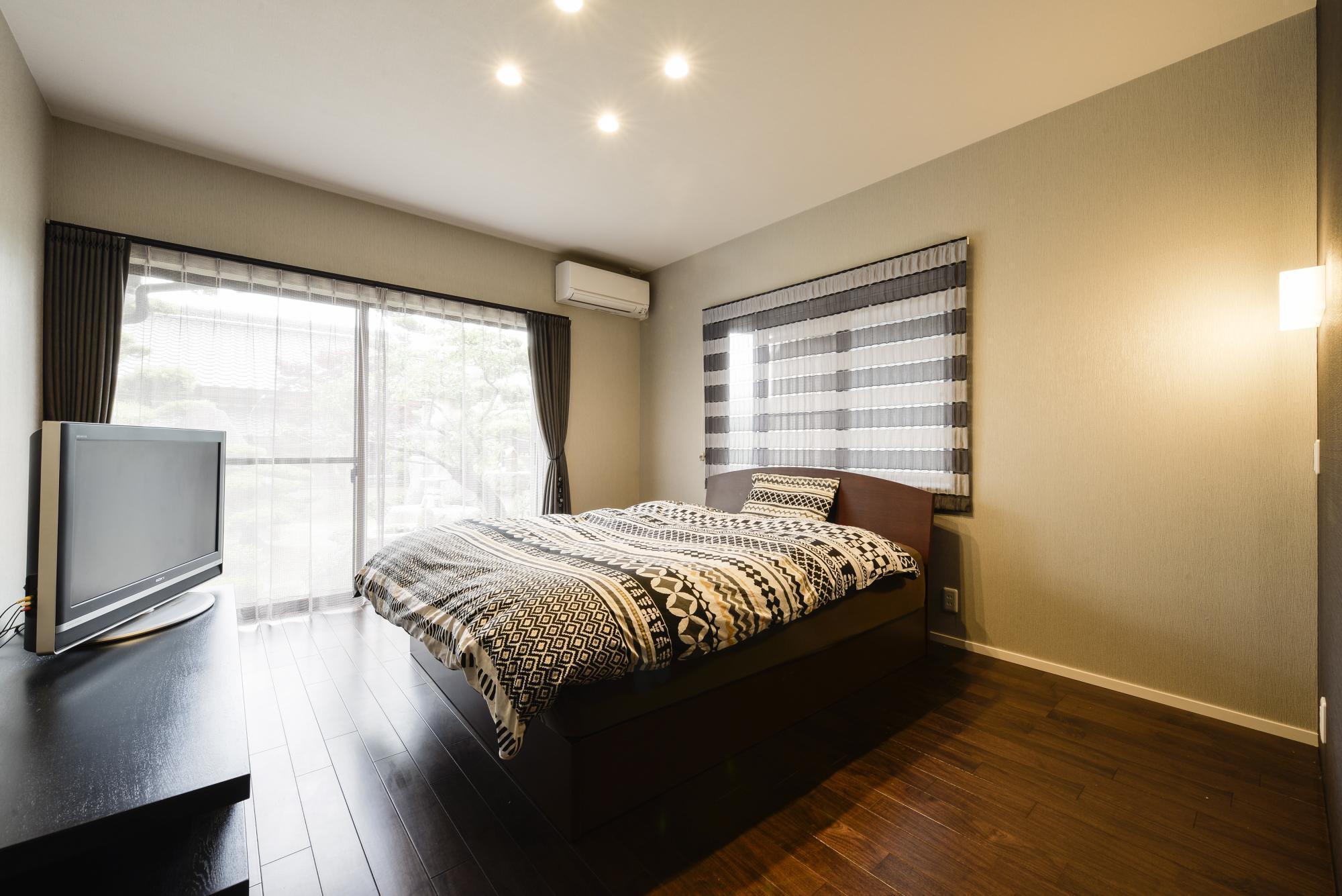二面採光の明るい寝室。リビング同様ウォルナットの床材を採用。既存のクロゼットの他に2.7帖のウォークインクロゼットを備えた。