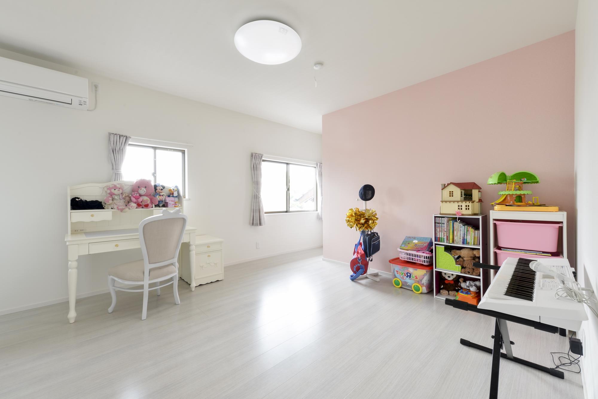 2階子供部屋は淡いピンクのクロスをアクセントにして優しい印象に。壁の向こう側には3.3帖の大型のウォークインクロゼットが。
