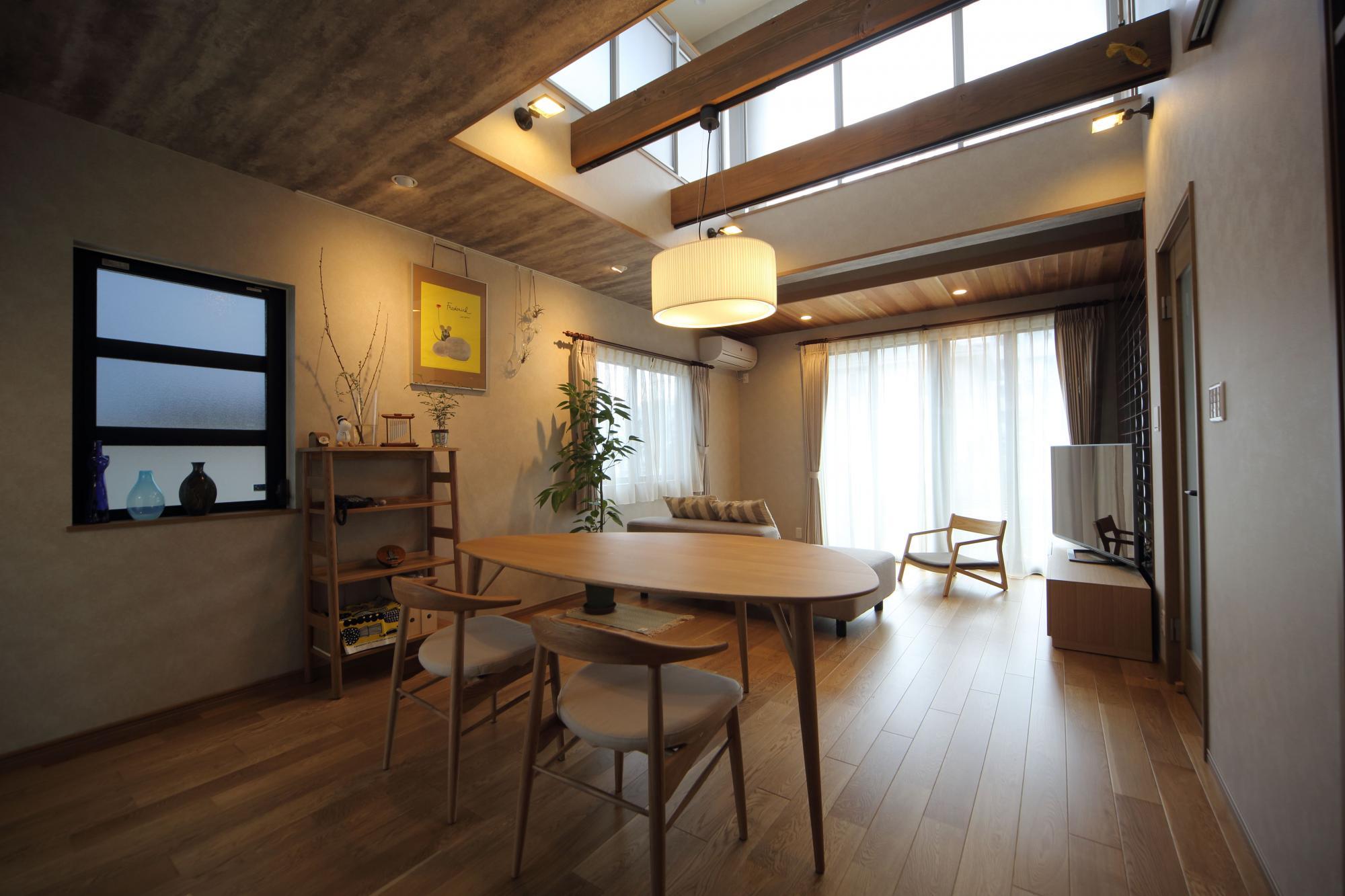 LDに吹き抜けを設けたことで昼間は光と風が気持ちよく入り、夜は室内をダウンライトなどで効果的に照らして癒しの空間に。