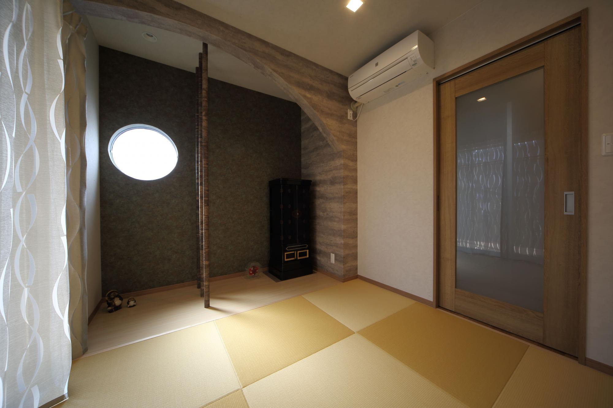 和室は縮小し、黄金色の目積畳を敷いて一新。床の間の上部にアールの曲線を施し、3本の銘竹の柱を配した。窓は風情漂う丸窓に。