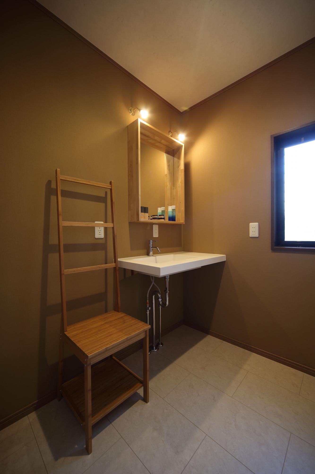 2階の洗面室はお嬢様専用。スクエアなフォルムの手洗 い器が空間の洒落たアクセントに。
