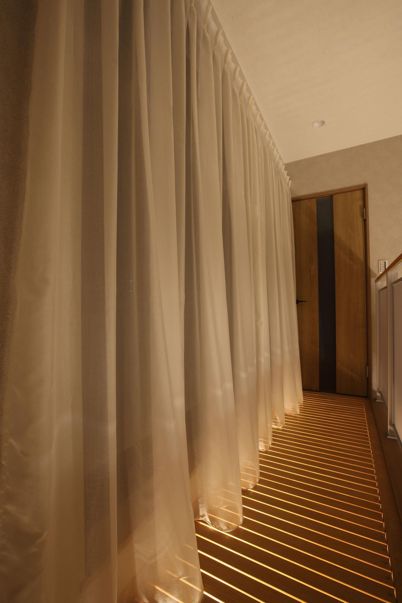 2階吹き抜け部分の南側には木製の通風床を設置。光が入り、風通しも良い。