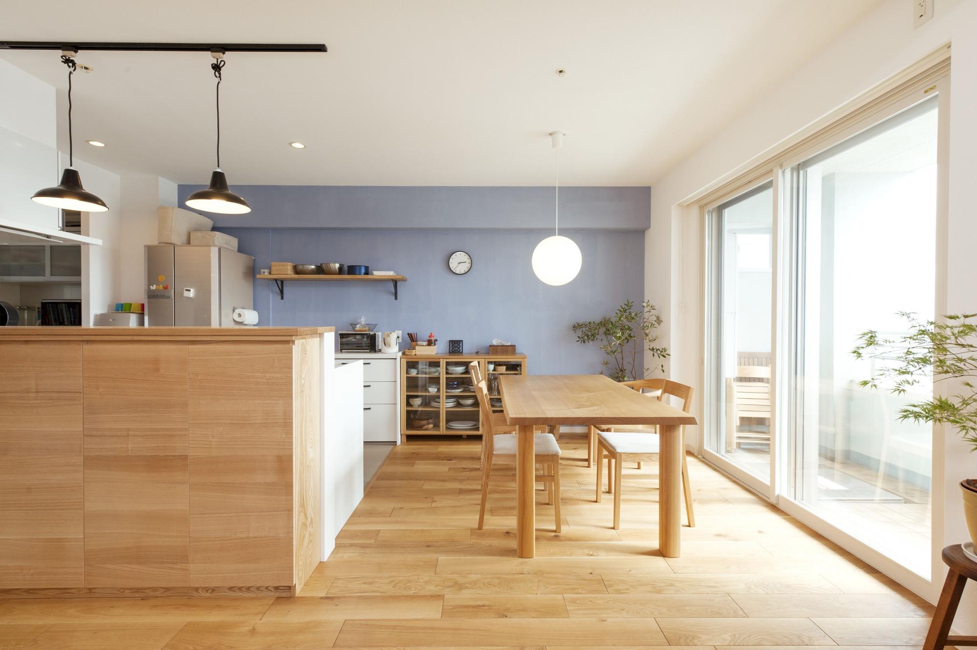 ダイニング側に移動して明るくなったキッチン。床はオークの無垢材。マンションでも木の豊かな質感を楽しむ。