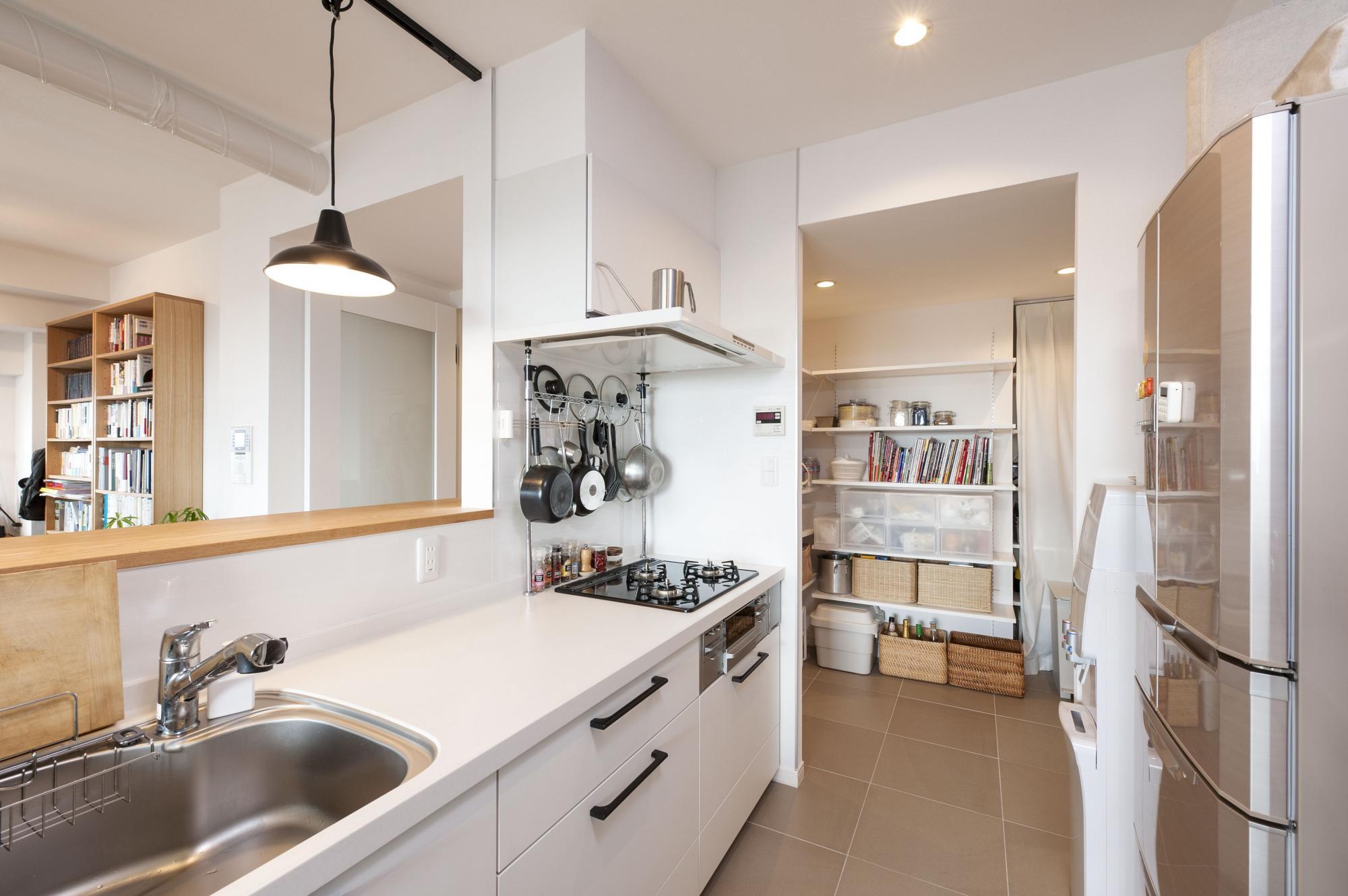 以前キッチンがあった場所にパントリーを設けて収納を確保。突き当たりを左に進めば廊下に出られるので、玄関とキッチンの行き来もスムーズ。